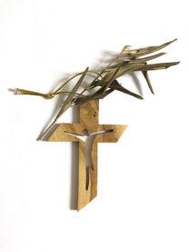 Croce con Cristo intagliato