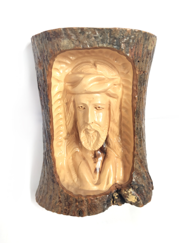 Volto di Cristo intagliato nella corteccia